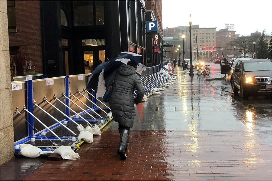 Storm hits USA east coast; five killed, over 90000 left without power