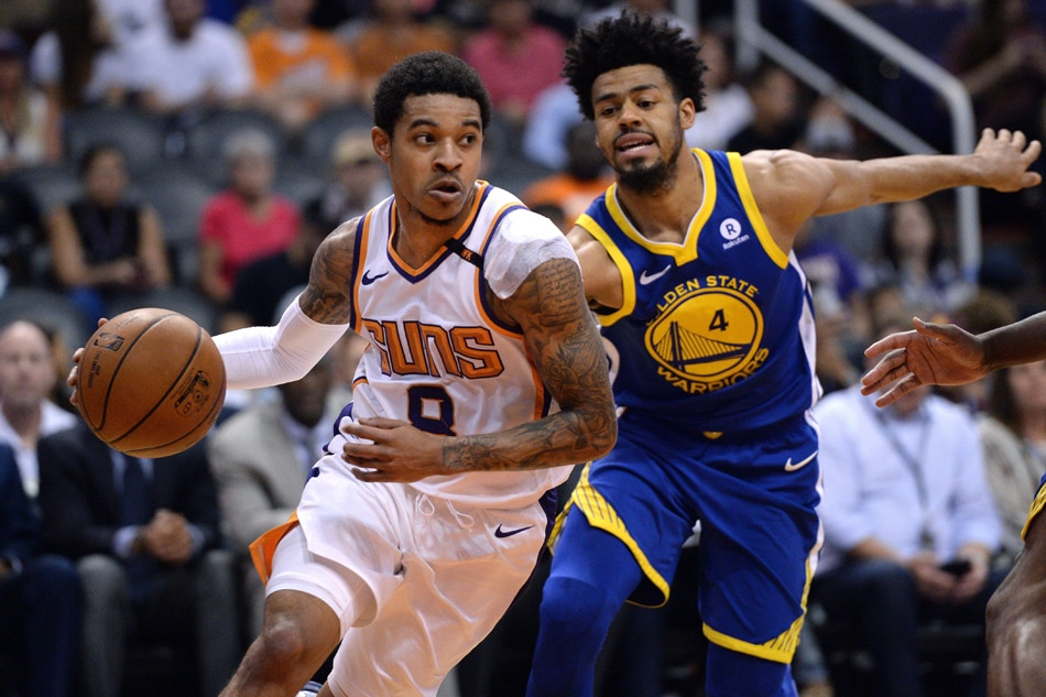 Phoenix Suns guard Tyler Ulis (8) dribbles the ball past Golden State  Warriors guard Quinn Cook (4) at Talking Stick Resort Arena.