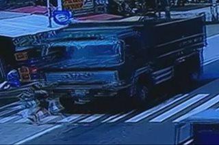 SAPUL SA CCTV: Mag-ina nahagip ng truck sa Davao City
