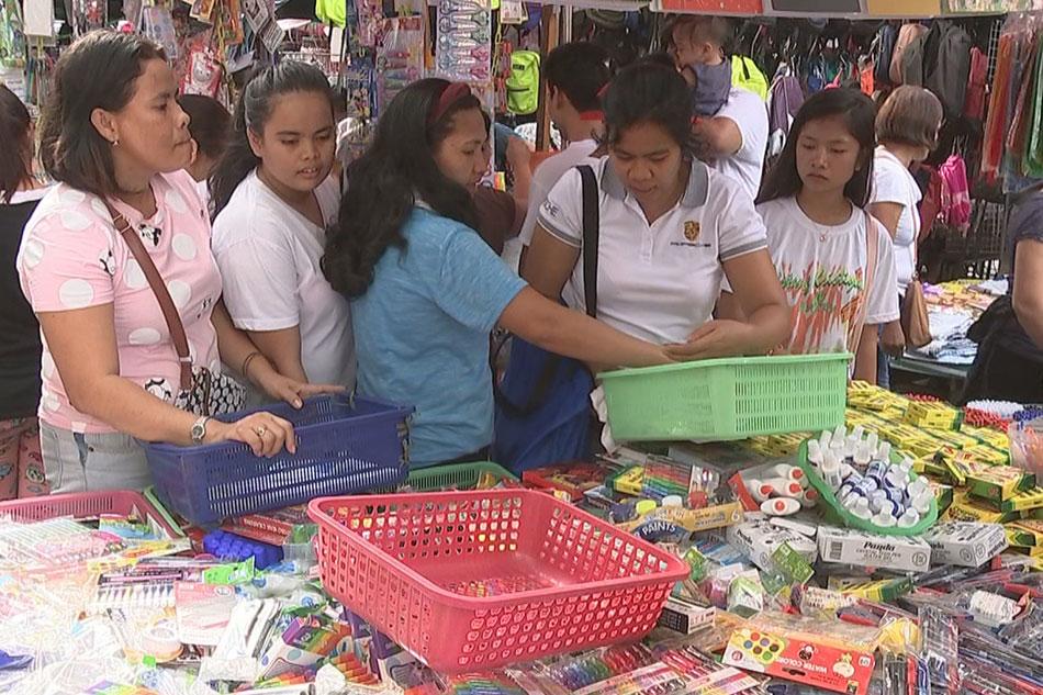 Mga mamimili, sari-saring diskarte sa pagbili ng murang school supplies