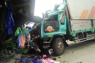 6-wheeler truck sumalpok sa tindahan; 3 sugatan