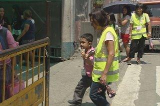Senior citizens sa Malabon, taga-'traffic,' nagtatawid ng bata