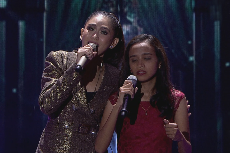 Sarah G. shares the stage with trending blind singer