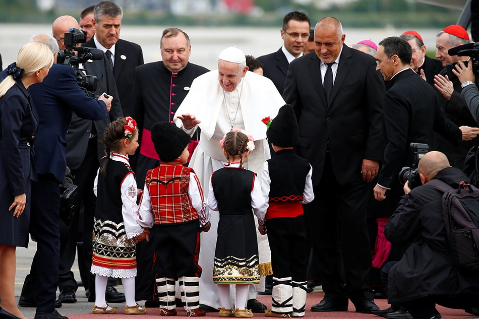 Pope in Bulgaria tells refugees they bear cross of humanity