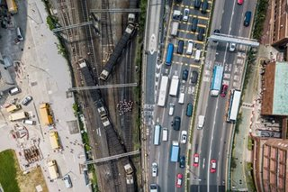 Hong Kong train derails
