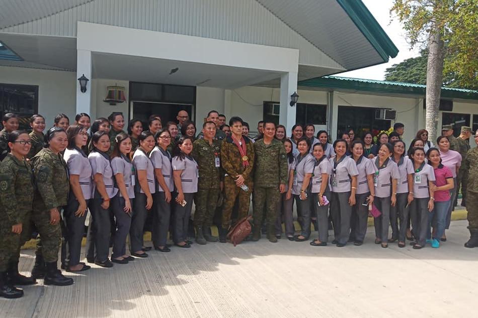 Robin Padilla visits wounded soldiers in Zamboanga