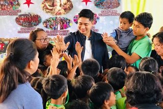 Coco Martin leads Christmas party, gift-giving in Payatas