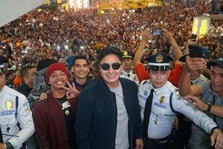 Coco Martin, nakipag-meet and greet sa mga nanood ng kanyang pelikula