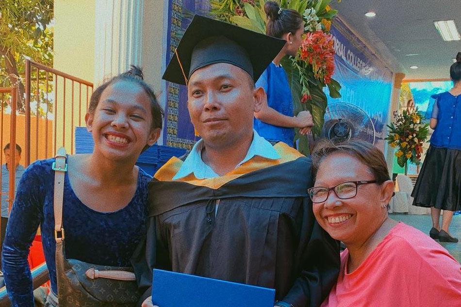 'Better than late, than never': Awra napagtapos ang ama sa kolehiyo