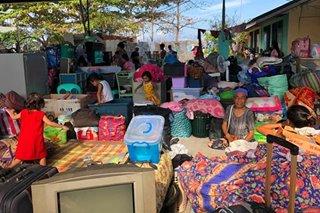 Mga pamilyang nasunugan at apektado ng malalaking alon sa Davao, siksikan sa evacuation center