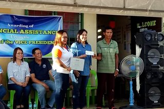 Robredo gives aid to fisherfolk associations in Albay