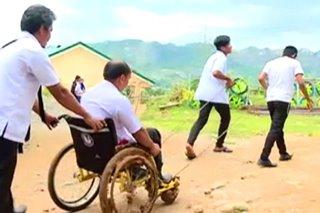 Gurong paralisado pursigidong makapagturo sa kabila ng kapansanan