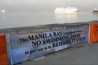 Manila Bay binakuran na; dumi sa tubig 'bumaba'