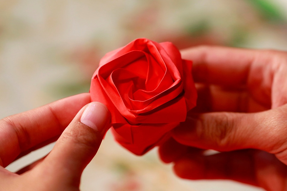 My love is like...a paper rose? Filipinos look to save on Valentine's Day
