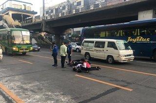 Motorsiklo nasagi umano ng taxi; traffic sa bahagi ng EDSA sumikip