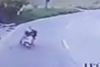 SAPUL SA CCTV: Lalaki nakaladkad ng riding-in-tandem na snatchers
