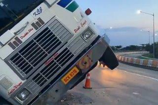 Truck tumagilid sa coastal road