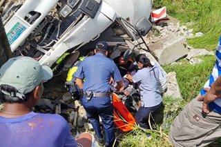 Cement mixer truck nahulog sa gilid ng kalsada sa Ilocos Norte, 2 sugatan