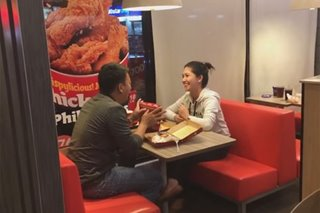 VIRAL: Man proposes to girlfriend with help from Jollibee crew