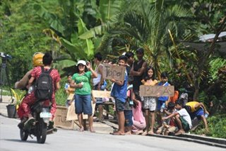Quake victims in Cotabato beg for food, medicine on roadside
