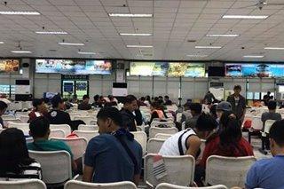 Ilang pasaherong naghihintay ng biyahe sa Batangas, sa labas na ng pantalan nag-Pasko