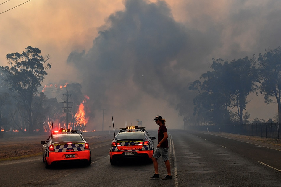 Canadian firefighters in Australia to help tackle blazing bushfires in historic heat