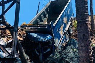 Truck, van, nahulog sa gilid ng SLEX sa Muntinlupa City; 1 patay, 5 sugatan