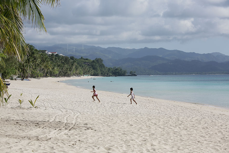 Bello welcomes labor reps in Boracay inspection