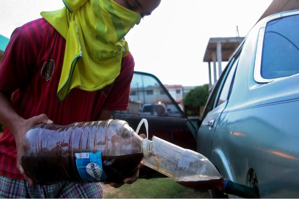 Smuggled gasoline rescues Venezuelans running on fumes 1