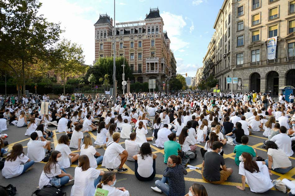 Medical residents protest working conditions in Spain