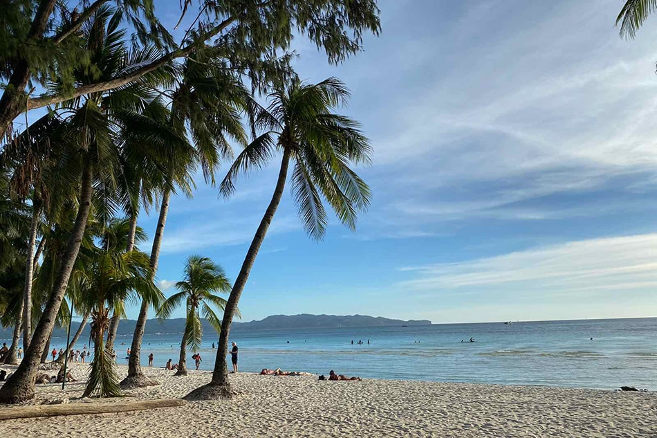 At least 2,000 tourists to be allowed entry to Boracay: mayor