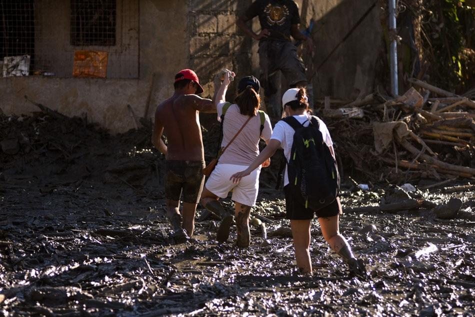 LOOK: Students brave mud to bring aid to Ulysses survivors 3