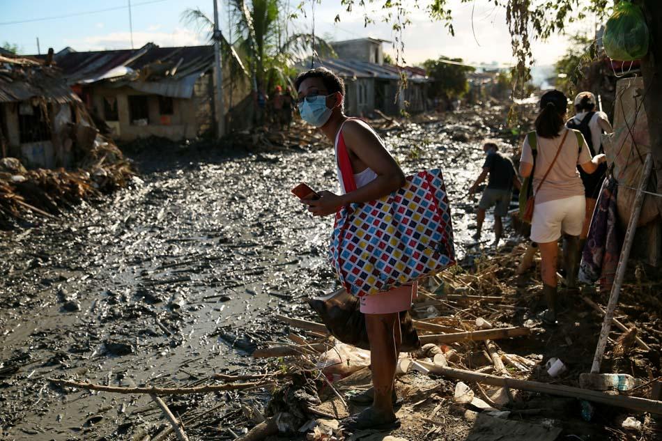 LOOK: Students brave mud to bring aid to Ulysses survivors 5