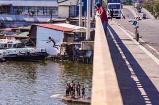 Rival gangs fight on Delpan Bridge