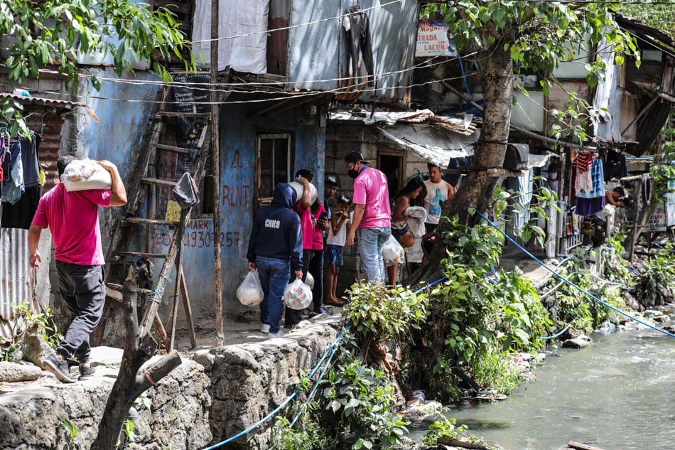 Distribution of relief packs in Sitio San Roque