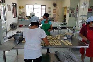 Pandesal sa ilang bakery sa Navotas ibinebenta nang P1 kada piraso