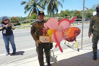 Kahit 'LDR': Sundalo may sorpresang padala sa nobyang pulis sa checkpoint sa Agusan Del Norte