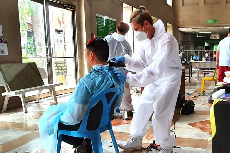 Free haircuts save hospital frontliners' looks, barbers' livelihood 3