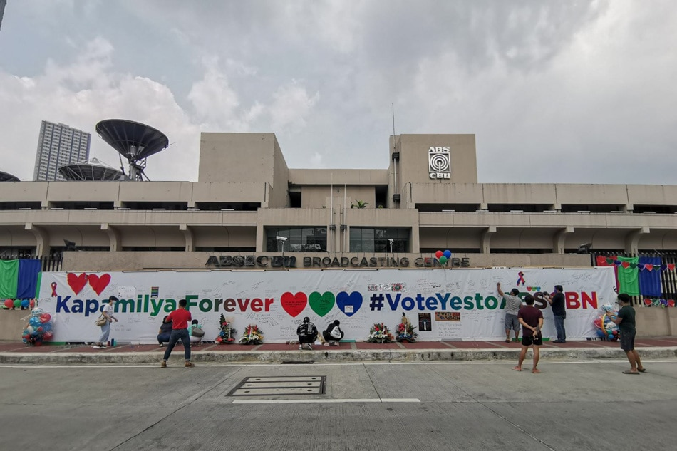 Supporters express love to Kapamilya network
