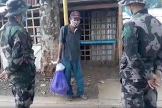 2 pulis nag-ambagan para mabilhan ng pagkain ang isang matanda sa Palawan