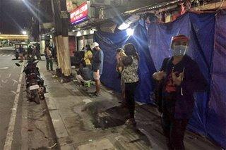 Ilang SAP beneficiaries sa Las Piñas magdamag pumila sa remittance center para makuha ang ayuda
