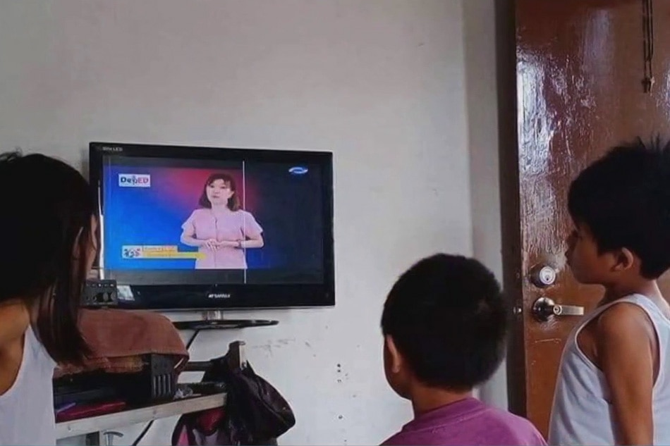 Halos 200 teacher-broadcaster kinuha para sa DepEd TV