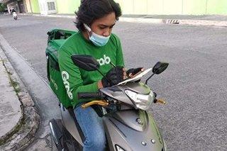 VIRAL: Delivery rider, pumarada saglit para dumalo sa online class