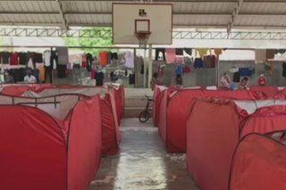 Mga stranded sa may bangketa ng Heritage Park, inilipat sa isang covered court sa Taguig