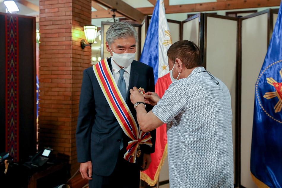 Duterte confers Order of Sikatuna on US envoy Sung Kim 1
