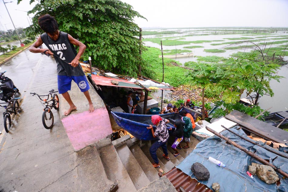 Laguna Bay boatmen prepare for Super Typhoon Rolly