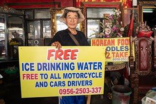 VIRAL: Koreanong nagbebenta ng noodles, namimigay ng libreng tubig sa mga motorista sa Las Piñas