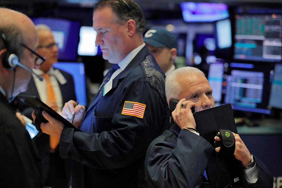 US Stocks Plummet Nearly 200 Points After Apple Notes Concerning Revenue Forecast