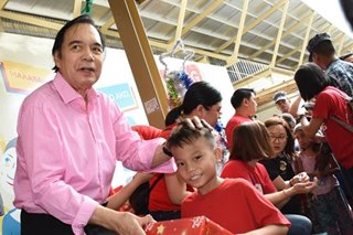 LOOK: Jaworski takes part in gift-giving in Tondo