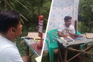 VIRAL: Estudyante sa labas ng bahay nag-online class para makasagap ng signal